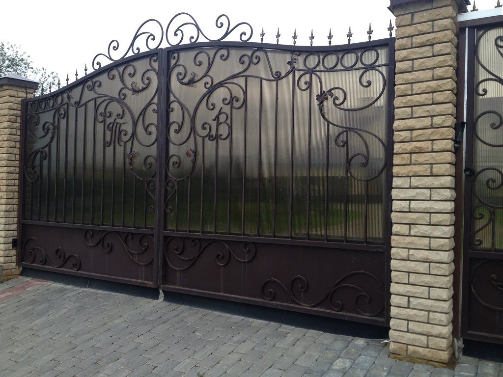 Купить кованые ворота в Санкт-Петербурге и Гатчине по ...: http://ajur-zabor.ru/catalog/metallicheskie_vorota/vorota_kovanie/